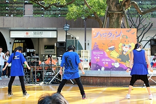 蒲田駅のハロウィンイベントでダンス