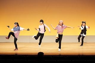 海賊衣装でダンス