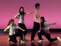 初舞台でダンス