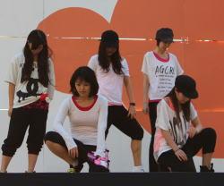 学校のイベントでダンスパフォーマンス